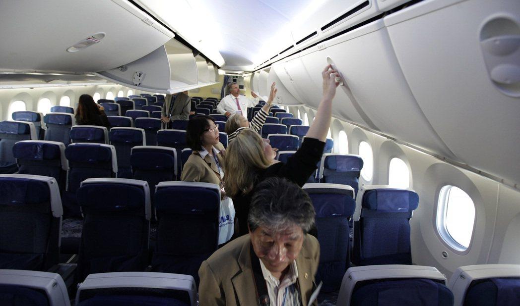 安全帶最好保持扣上,直到飛機降落停妥能夠拿行李時才解開。 圖/美聯社資料照