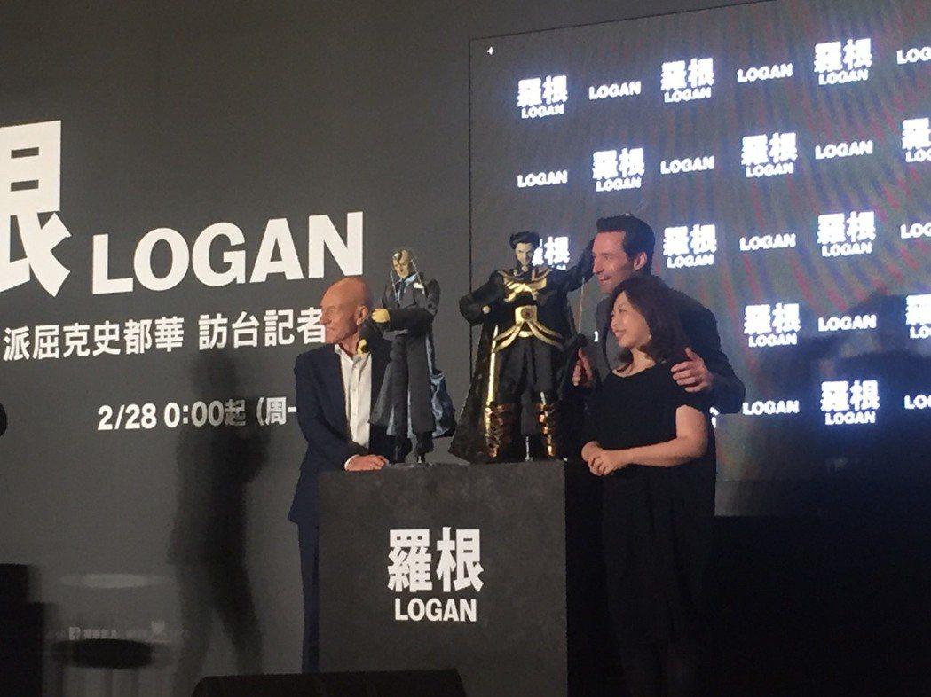 休傑克曼(中)、派屈克史都華(左)及福斯總經理Sheena(右)為新片「羅根」造