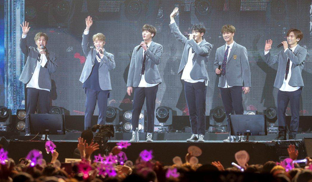 韓國團體ASTRO首度登台,今天下午在臺大體育館舉辦小型演唱會,台下擠滿粉絲。記