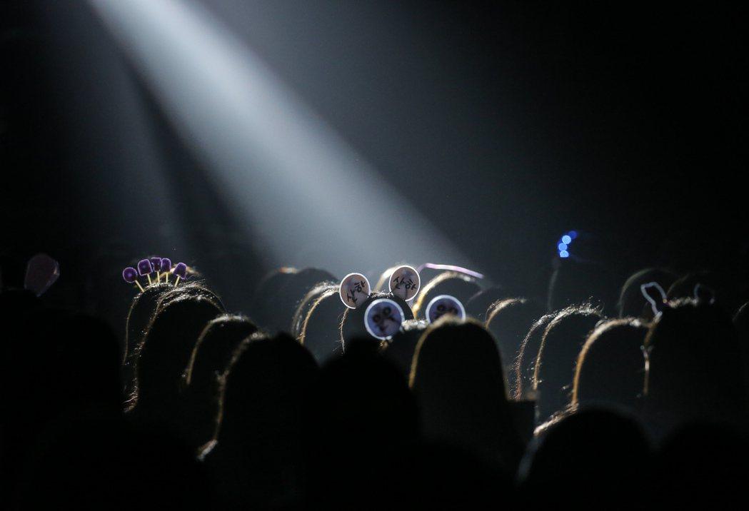 韓國團體ASTRO首度登台開唱,今天下午在臺大體育館舉辦小型演唱會,粉絲戴著精心...