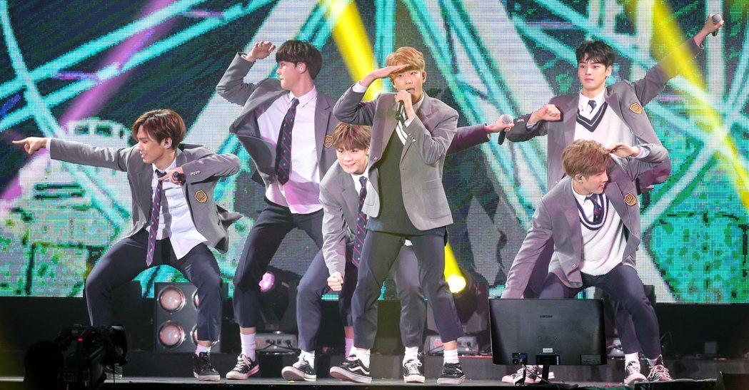 韓國團體ASTRO首度登台,今天下午在臺大體育館舉辦小型演唱會,又唱又跳,現場氣...