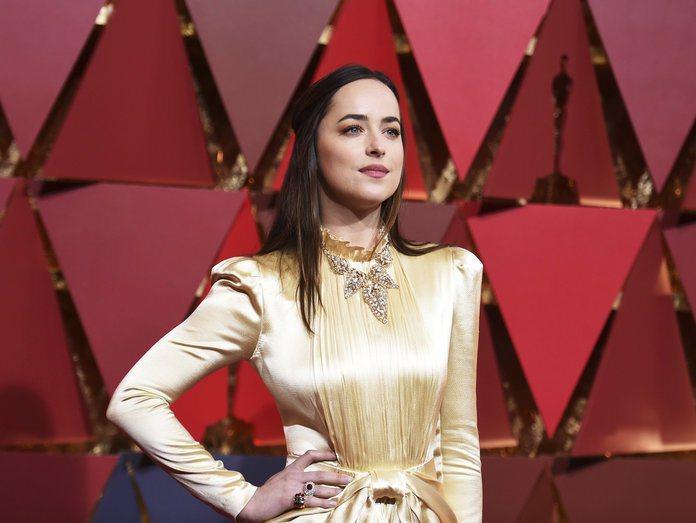 達可塔強森以高領的Gucci禮服搭配Cartier骨董項鍊,卻毫不突兀反而別具繁