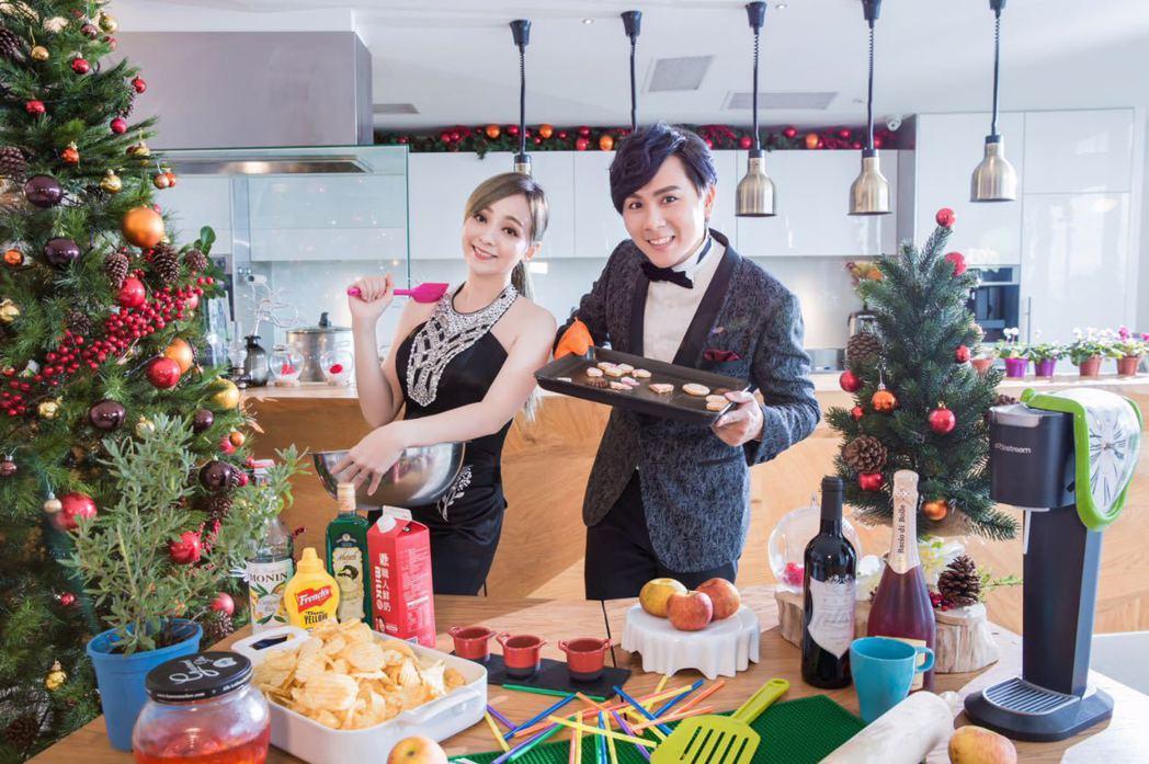 季芹(左)和王仁甫歡慶民宿「PLAY  HOTEL」開幕滿1000天。圖/星恆娛