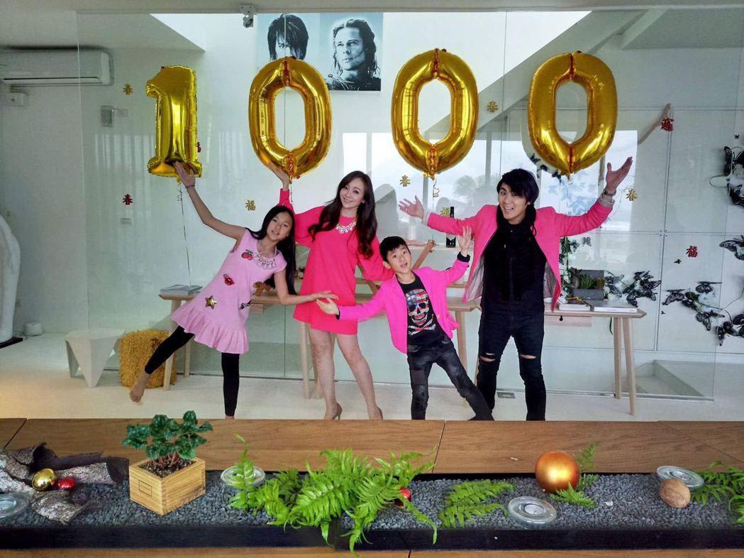 季芹(左二)和王仁甫(右)一家人歡慶民宿「PLAY  HOTEL」開幕滿1000...