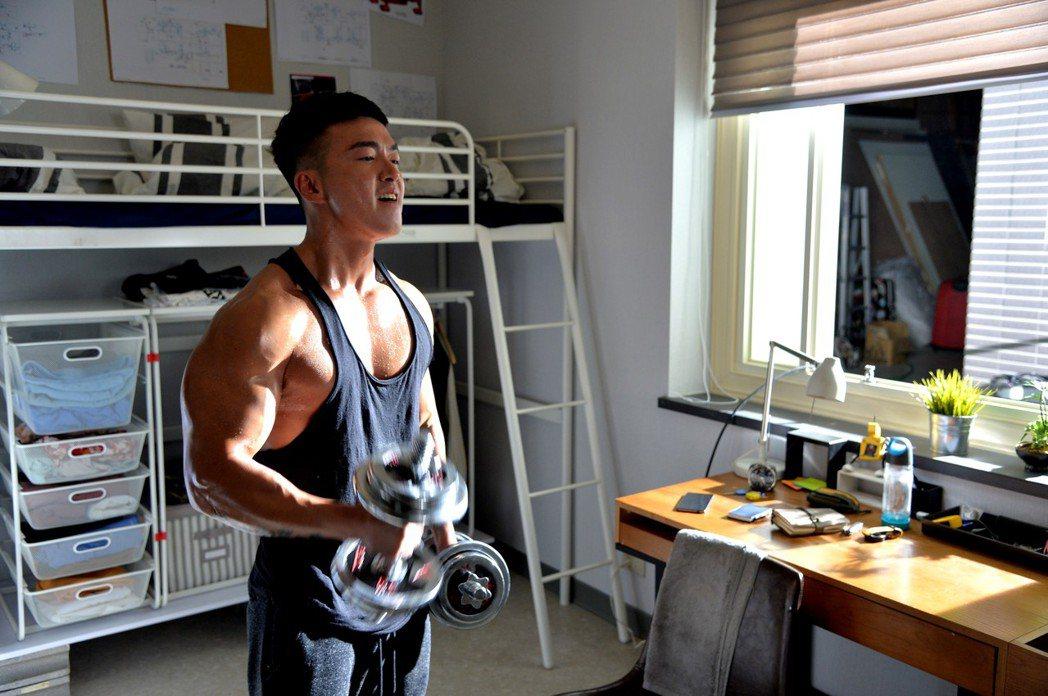 李沛旭新戲接演水電工角色,一身壯碩肌肉派上用場。圖/三立提供