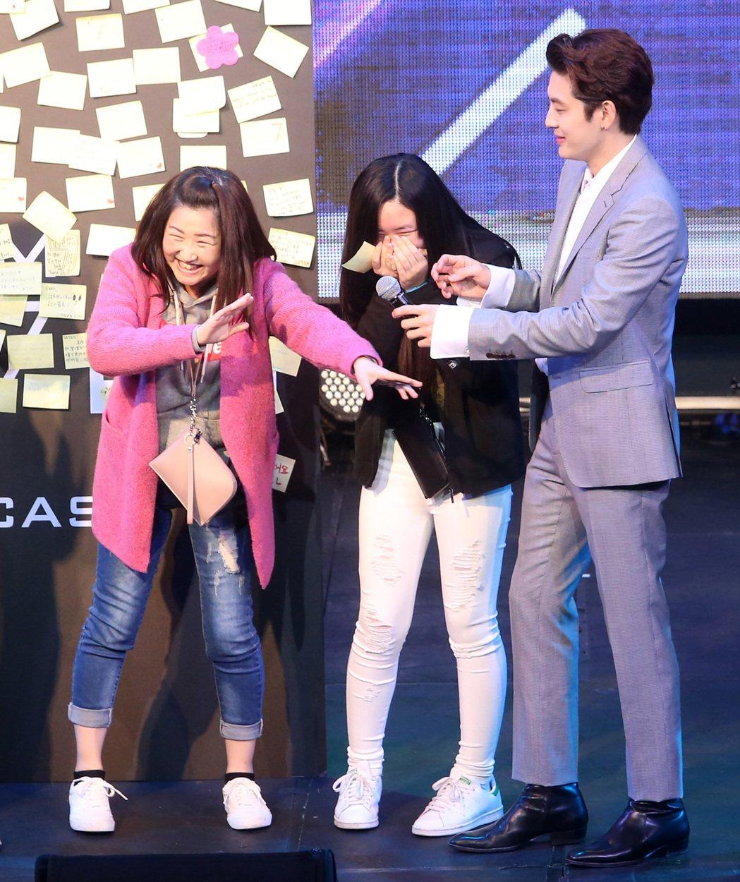 韓星SE7EN晚上舉行歌迷見面會,有母子同是粉絲一上台見到偶像相當害羞。記者胡經...