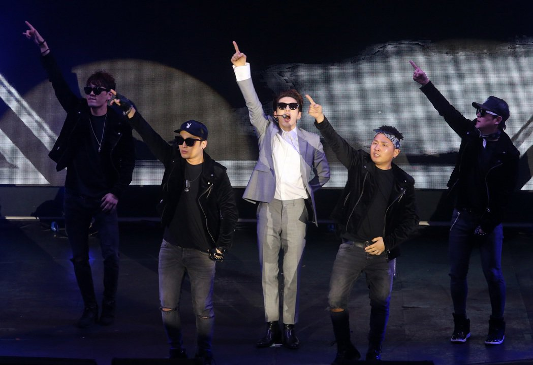 韓星SE7EN晚上舉行歌迷見面會,帶墨鏡登場的SE7EN勁歌熱舞。記者胡經周/攝...
