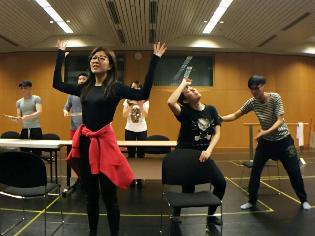 關詩敏為音樂舞台劇「愛呀,我的媽!」排練。圖/果陀提供