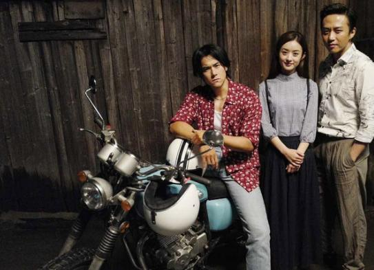 導演鄧超(右)爆料,彭于晏(左)在拍攝「乘風破浪」時特別愛吃大蒜。中為女主角趙麗...
