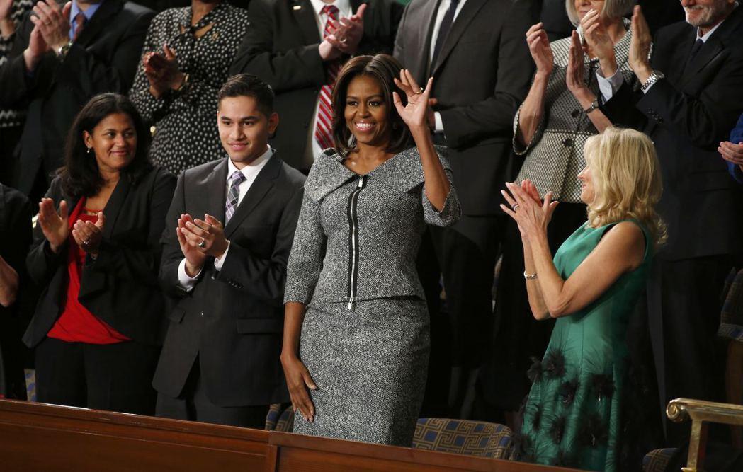 蜜雪兒‧歐巴馬(中)2015年參加前總統歐巴馬的國情咨文演說,選穿一套很穩重的灰...