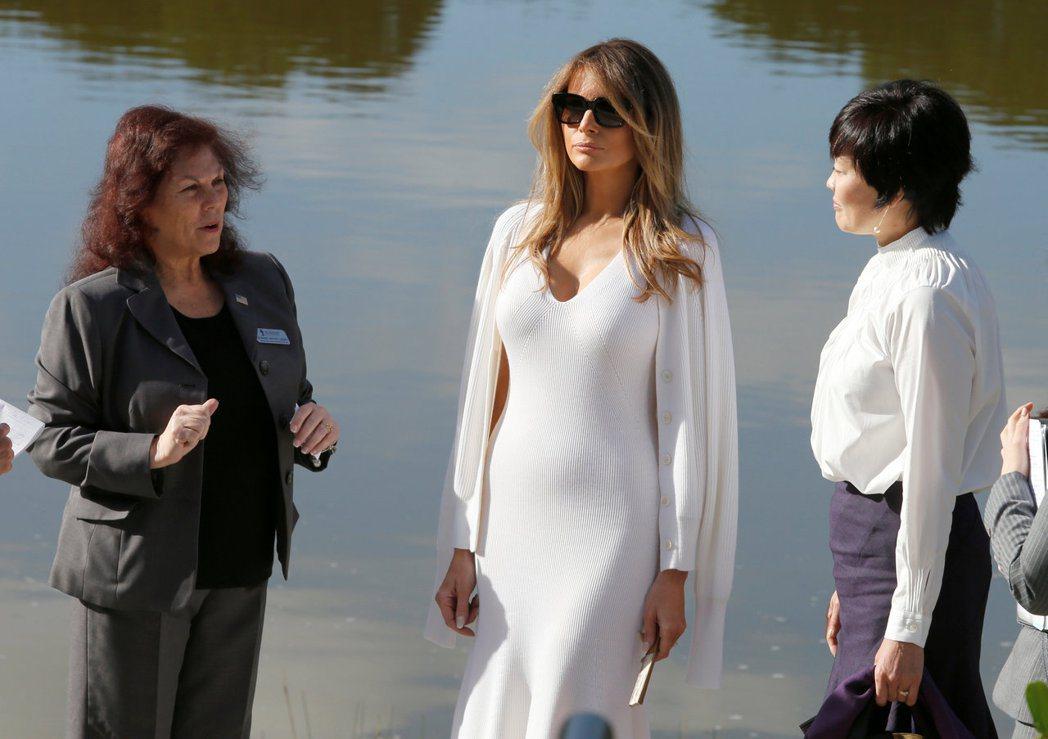 川普夫人梅蘭妮亞(中)上月穿了一套曲線畢露的白色洋裝,在佛州接待日相夫人安倍昭惠...