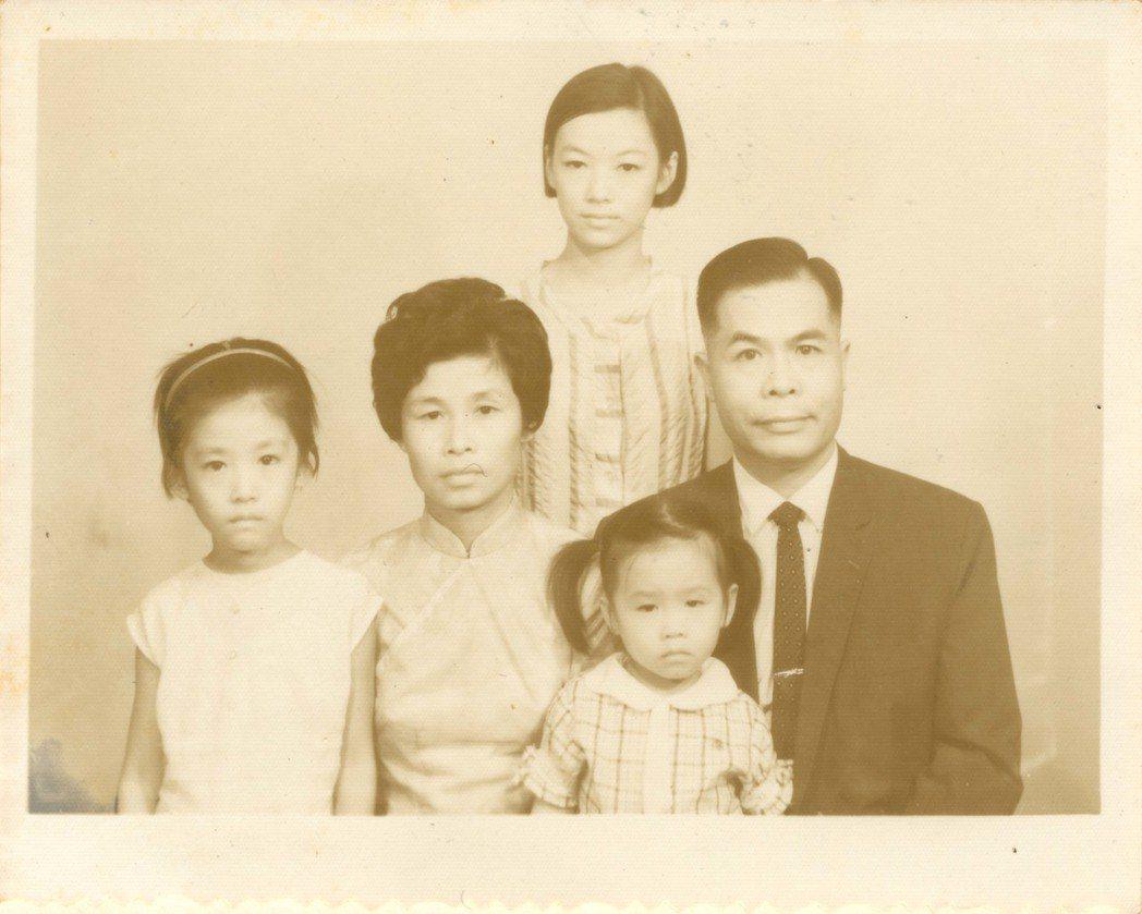 李子斌(右)1960年代後在台落地生根,圖為在台的家人合影。 圖/「老先生的18...