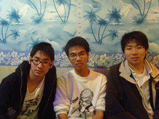 畫面中右邊的男學生就是統神高中時的模樣,跟現在判若兩人。