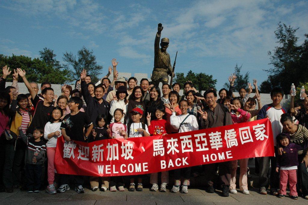 自十九世紀萊佛士在新加坡實行自由港政策起,來自中國南方沿海的移民工絡繹不絕,位處福建沿海的金門島亦不例外。圖為2006年金門與新加坡首度開放兩地直航包機。 圖/報系資料照