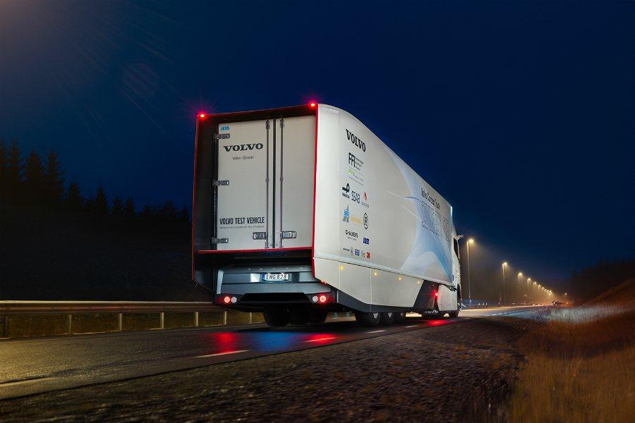 這套油電動力系統可於 1 %坡度以上的路況與煞車作動時時進行動能回收,而回收的動能將儲存在電池裡,並可於平坦或低坡度路面時以電動模式(electric mode)來使用。 摘自 Volvo Trucks