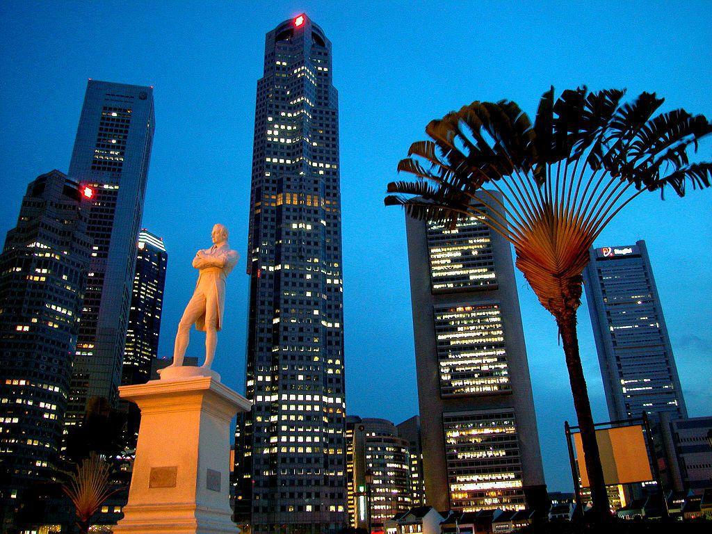 新加坡河(Singapore River)邊的萊佛士雕像為紀念當年登陸遺址。萊佛...