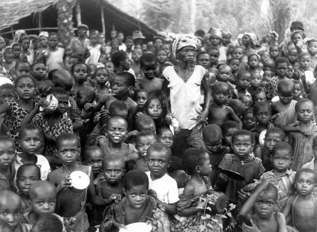三年的流血戰爭,在奈及利亞引起大規模的飢荒與難民潮。圖為位於比亞法拉的難民營。 ...