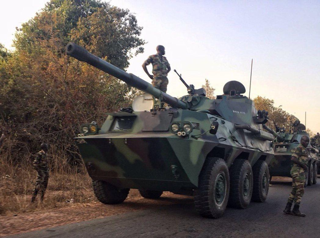 預備進入甘比亞首都班竹的賽內加爾軍隊。 圖/美聯社
