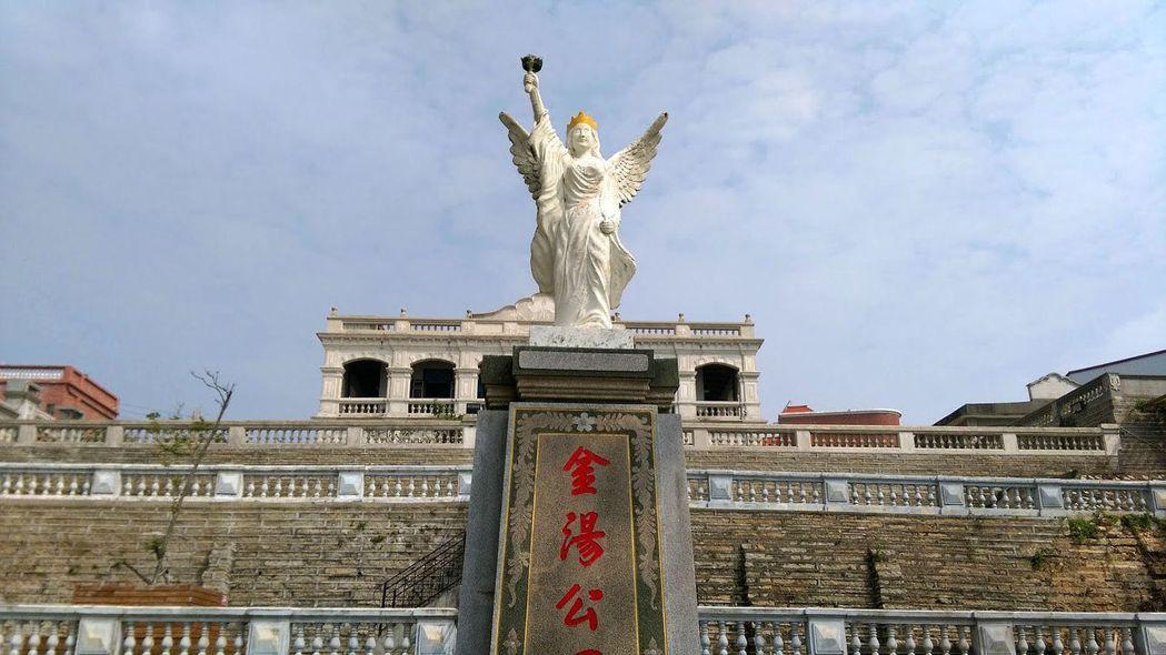 在外地發展有成的金僑有些會回到金門建設「洋樓」,將傳統的閩式元素融入東南亞殖民地的荷式、英式或西班牙式風格,形成金門在地化的西式建築。圖為陳景蘭洋樓前的自由女神像。 圖/作者提供