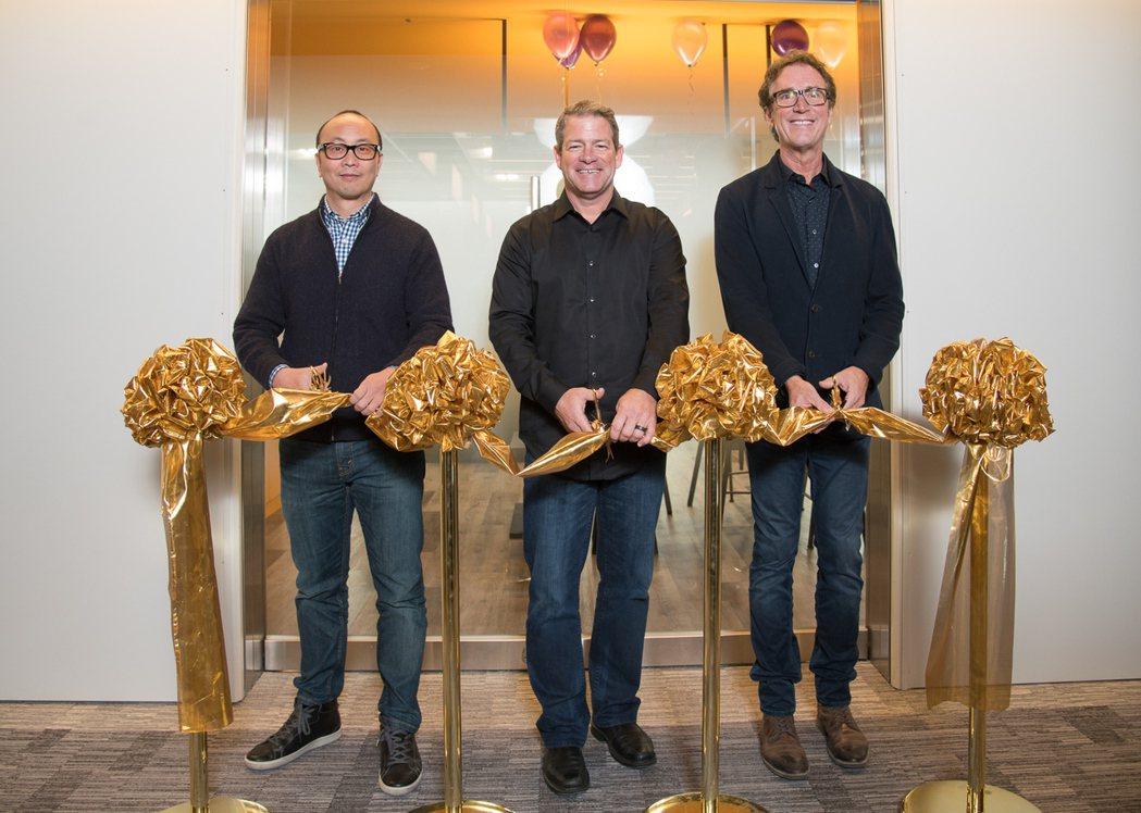 暴雪台港澳董事總經理Eddy Meng(左)、暴雪客服資深副總裁Todd Paw...