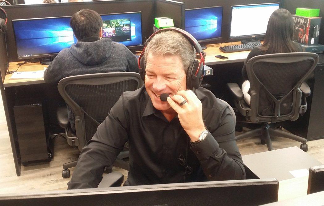 暴雪客服資深副總裁Todd Pawlowski展示客服人員服務玩家的辦公場景。 ...