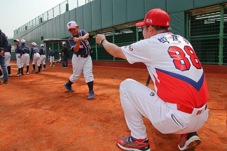高雄在地少棒小將接受與KIA Tigers職棒球員教學。 圖/台灣森那美起亞提供