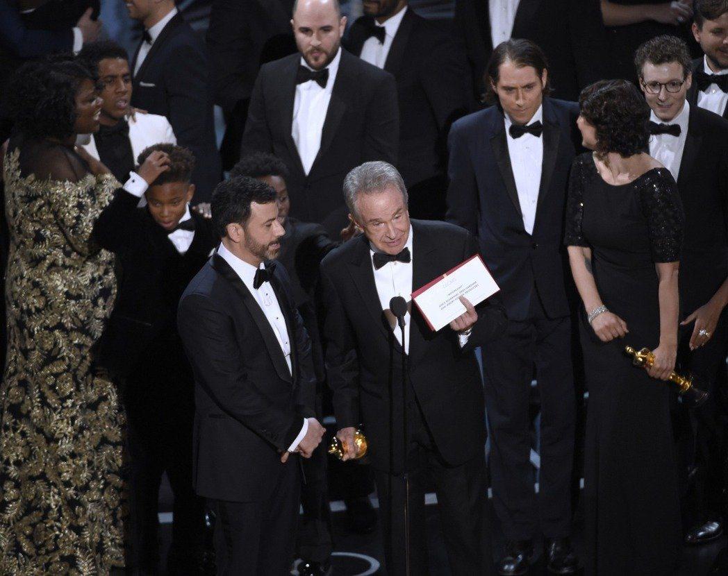 華倫比提(中)拿到錯誤的信封,意外成為奧斯卡大烏龍的主角之一。  圖/美聯社