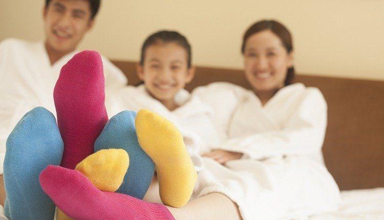 醫師表示,下雨天應多帶一雙襪子出門,平時也應勤於替換襪子,鞋子也要定期消毒,避免...