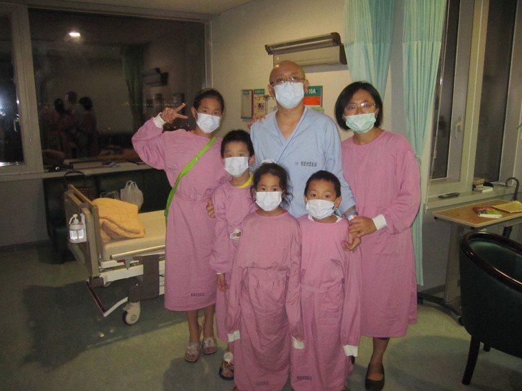 林俊昌(中)因血癌接受化療,太太(右一)帶著4個孩子探望他、為他打氣。 圖/林俊...