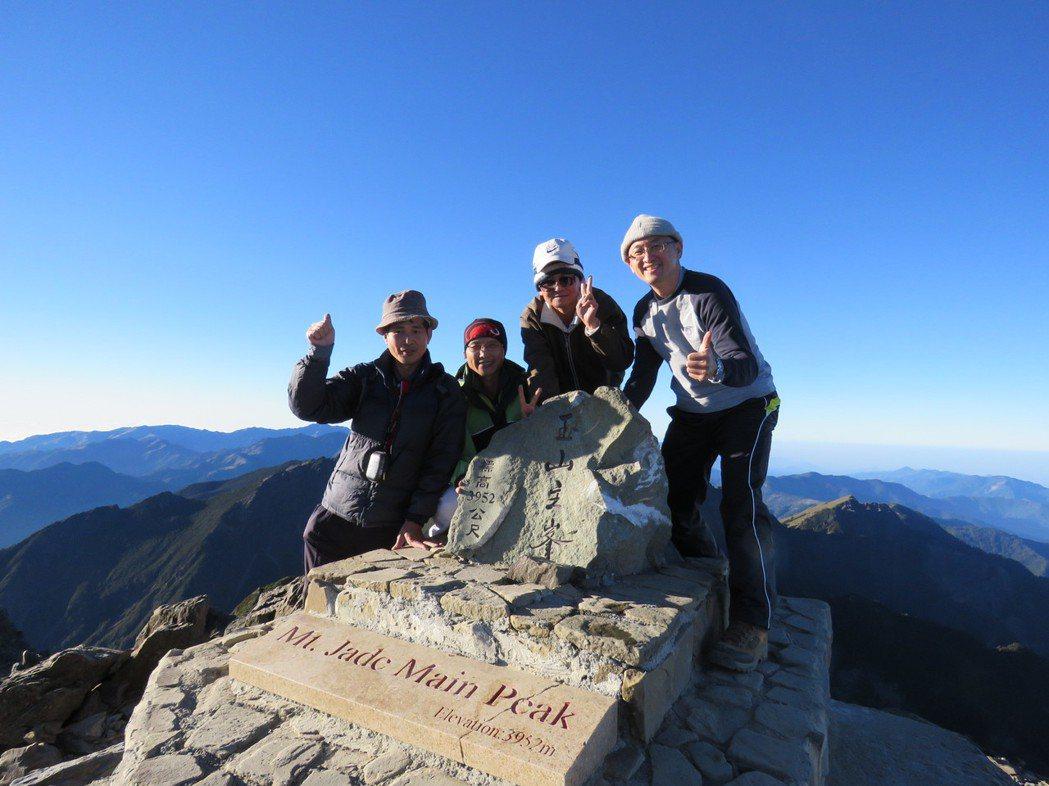 2014年,林俊昌(右一)帶著3位肝移植病友登上玉山主峰。 圖/林俊昌提供