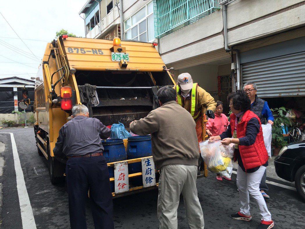 雲林縣今年實施垃圾破袋稽查,資源、廚餘回收量暴增,一時難以負荷,斗六市公所從本月...