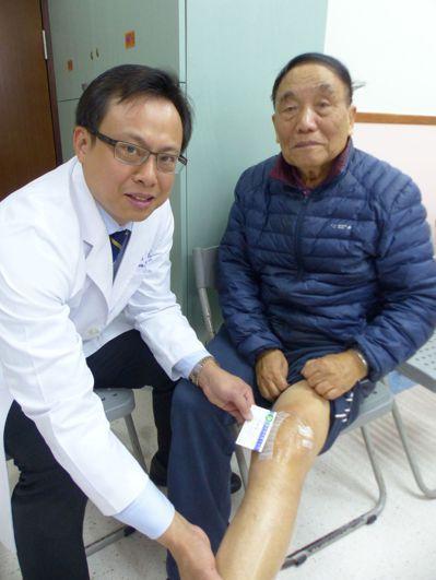 李姓老翁(右)接受台安醫院副院長黃鐙樂(左)新月型微創手術後,隔天就可下床,不需...