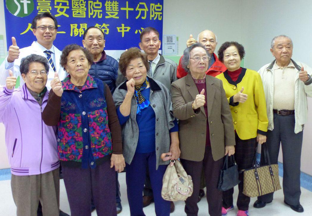 接受台安醫院副院長黃鐙樂(後排左)新月型微創手術的病患,術後恢復良好,開心比讚。...