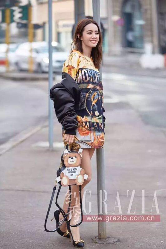 蔡依林拎著春夏系列的紙娃娃小熊後背包。圖/MOSCHINO提供