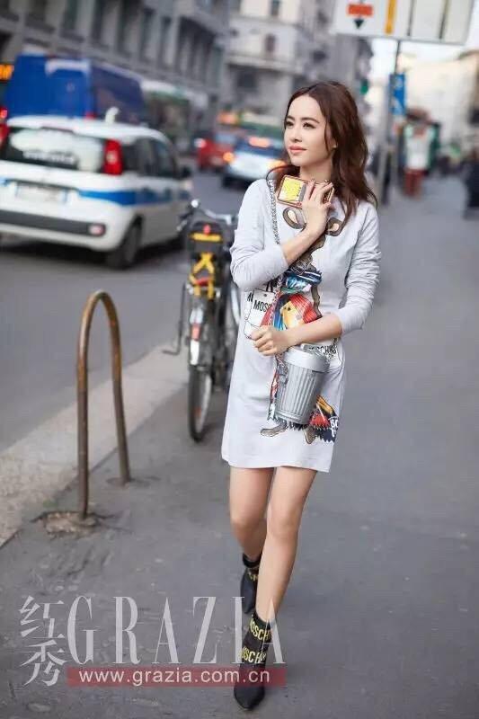 蔡依林搶先穿搭輕薄的MOSCHINO Capsule AW17服飾和包款。圖/M