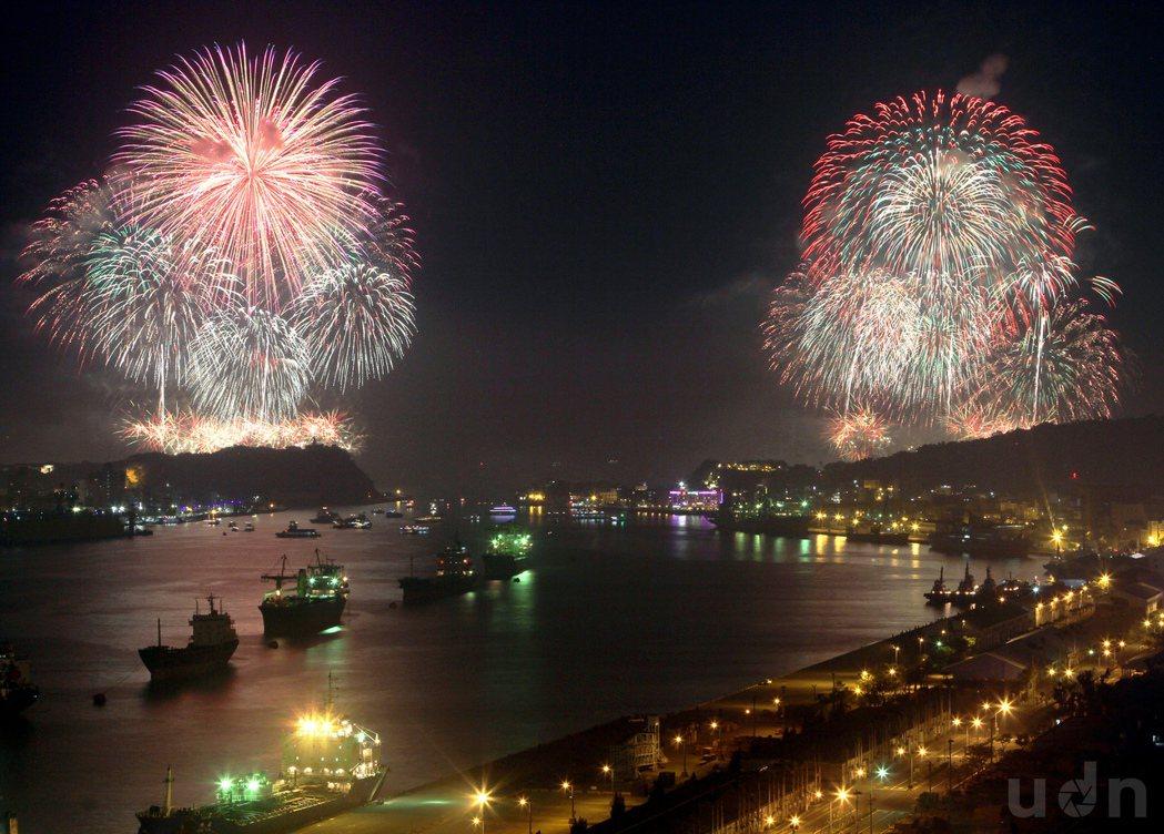 高雄大港煙火,美麗的高空煙火在港口天空璀璨綻放,民眾驚呼連連。記者劉學聖/攝影