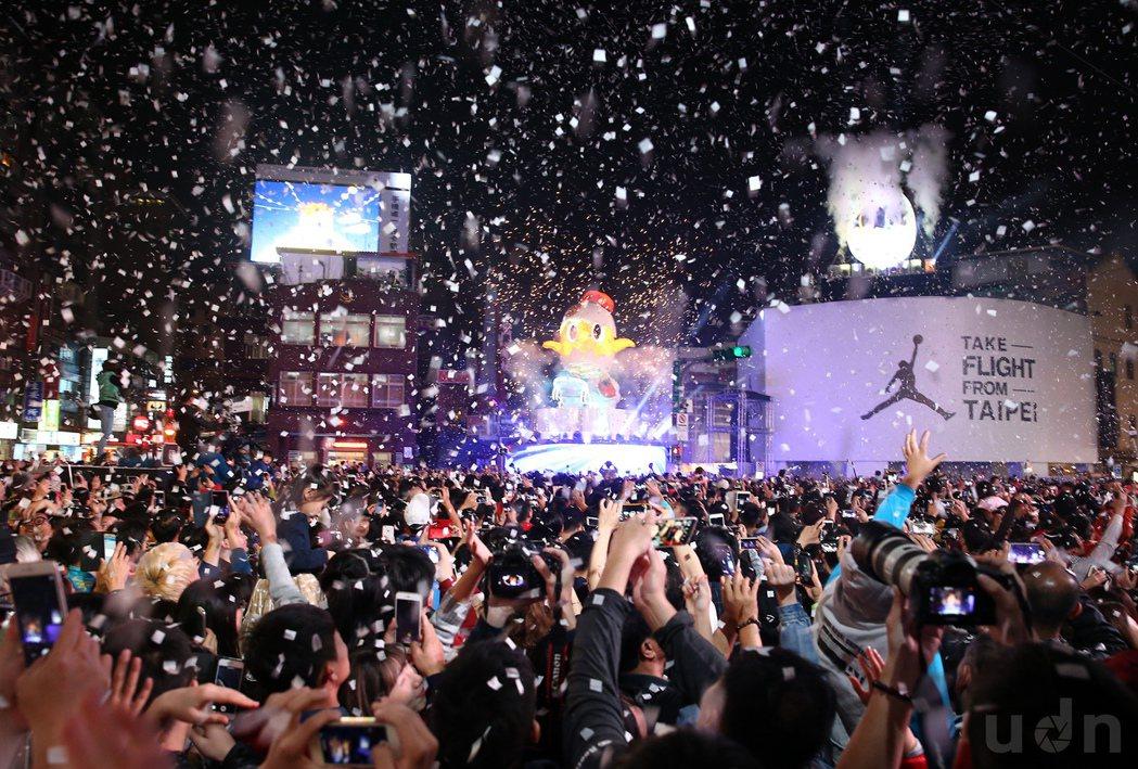 台北燈會在西門町熱鬧登場,主燈小奇雞在市長點燈下,於滿天紙片中綻放光芒。記者許正...