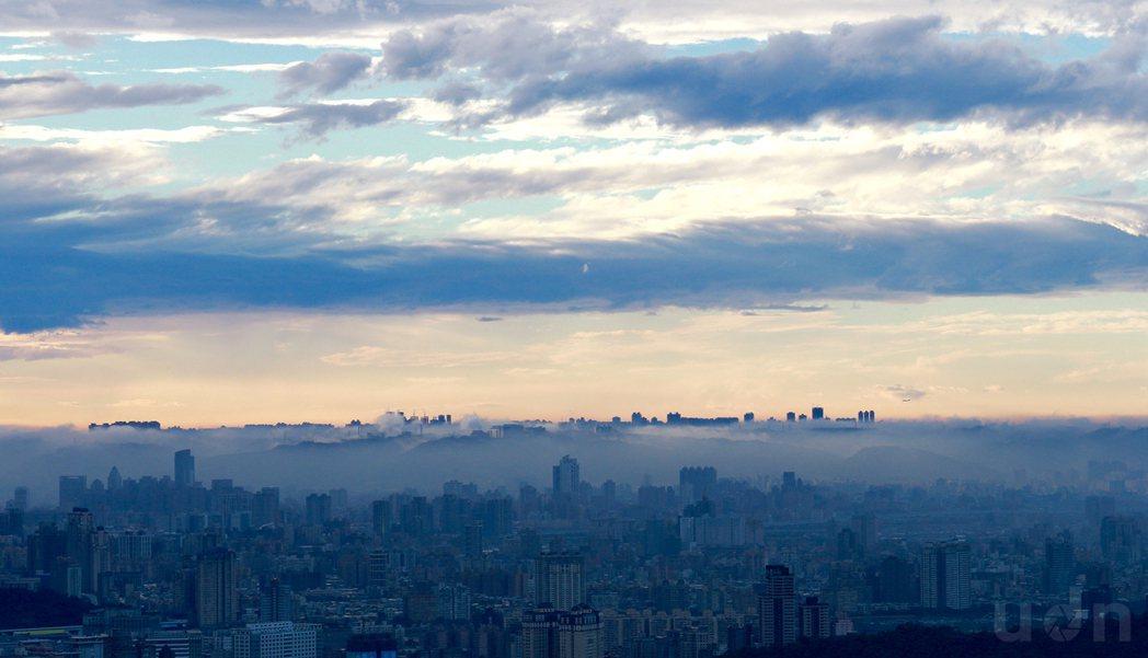 雨後的都市,空氣清新了些,留下尚未飄走的雲腳,讓林口台地像是海市蜃樓。記者黃義書...