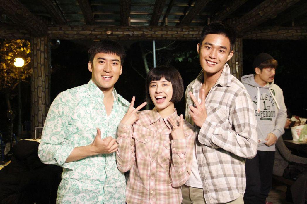 沈建宏(左起)劉宇珊、安俊朋拍「這些年那些事」殺青戲。圖/中天提供