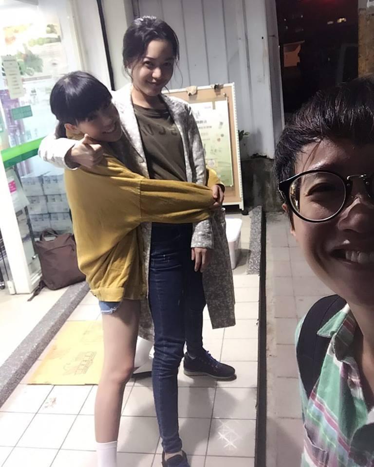 孫可芳(左)PO出與藍雅芸抱緊緊的照片。圖/摘自臉書