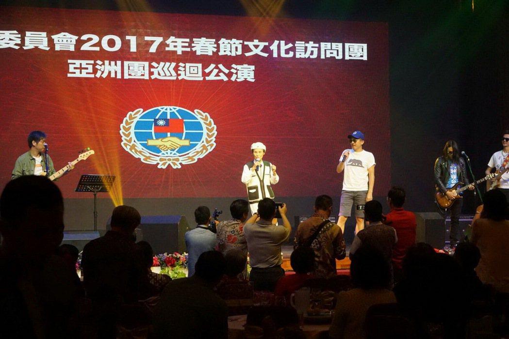 90歲文夏獻出第一次,為僑胞破例赴東南亞演唱。圖/華風文化提供
