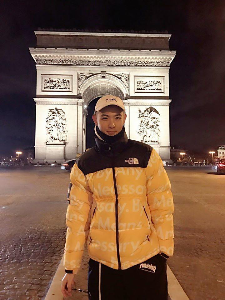 晨翔在巴黎留下與凱旋門合影。圖/摘自臉書