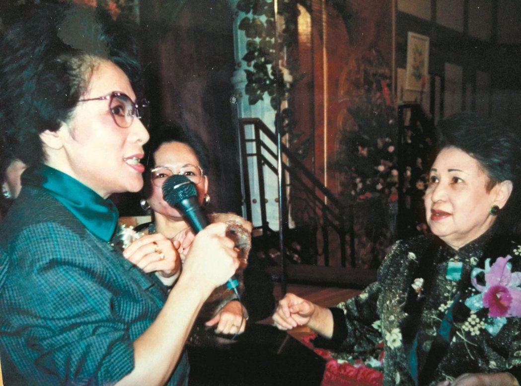 何凡先生、林海音女士(右)結婚六十年喜宴,由樂茝軍(左)擔任司儀。 樂茝軍/圖片...
