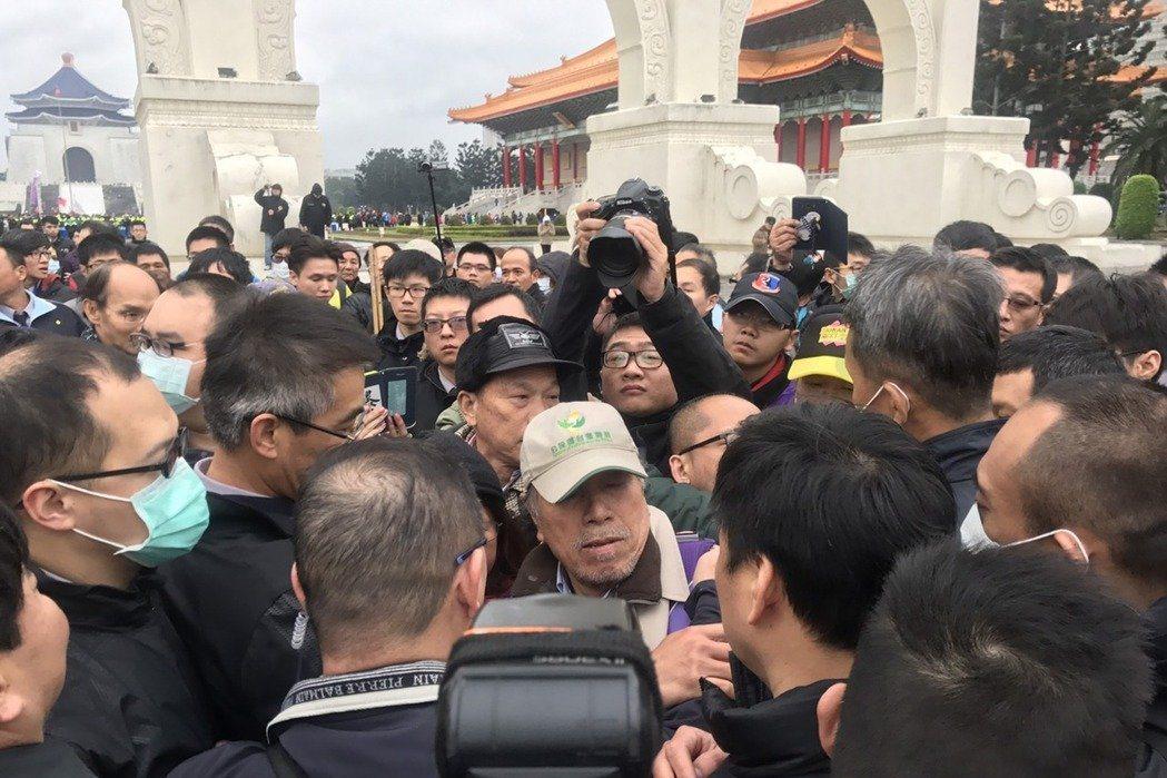 今年的二二八格外不平靜,蔡丁貴等人欲拆蔣介石銅像,在中正紀念堂與警方發生衝突。 ...