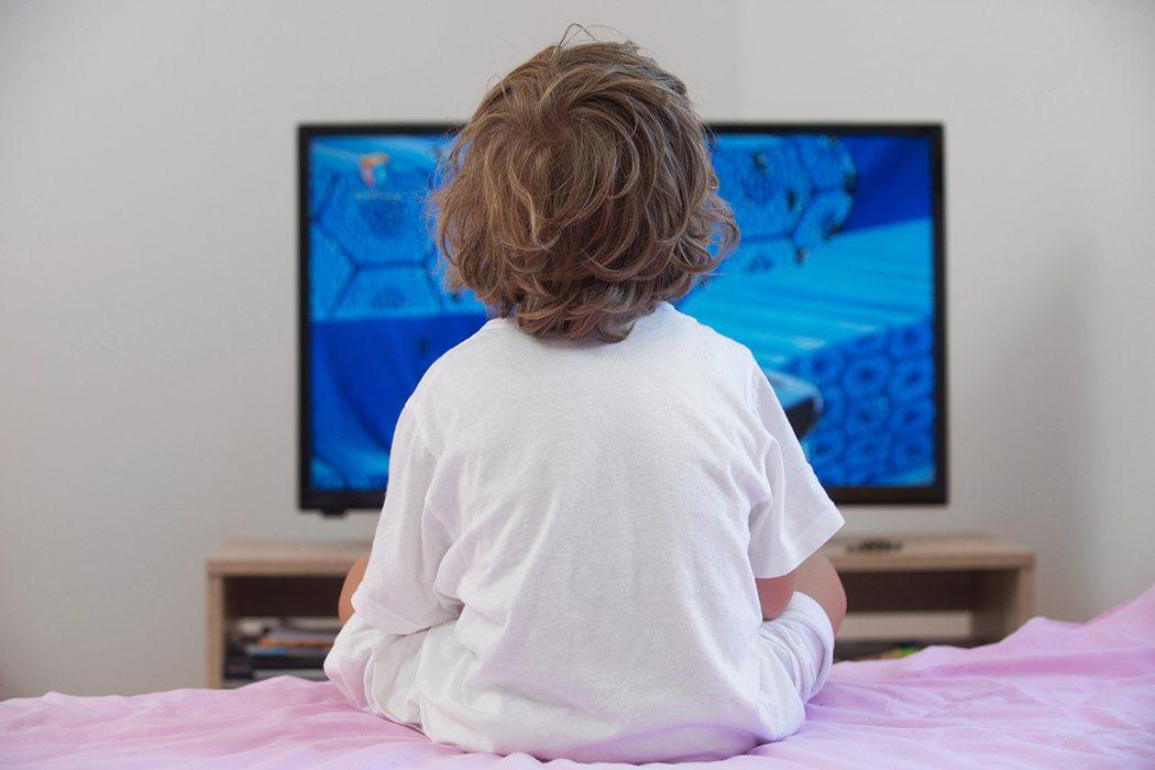 別讓電視「養」小孩 每天看兩小時易成小胖子 圖片/shutterstock