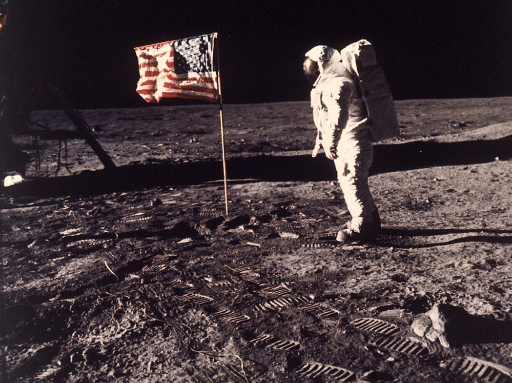 美國太空人艾德林與插在月球表面的美國國旗合影。 (美聯社)