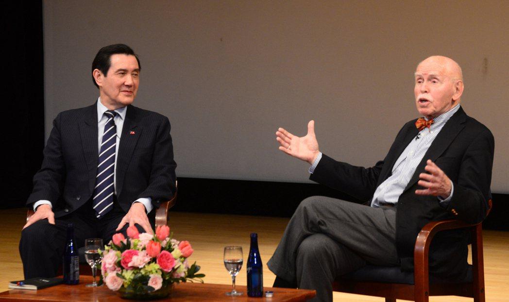 中華民國前總統馬英九(左)與恩師紐約大學孔傑榮教授1日在亞洲協會進行對話。記者許...