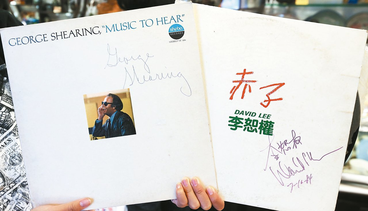 李恕權的簽名黑膠唱片。 記者侯永全/攝影