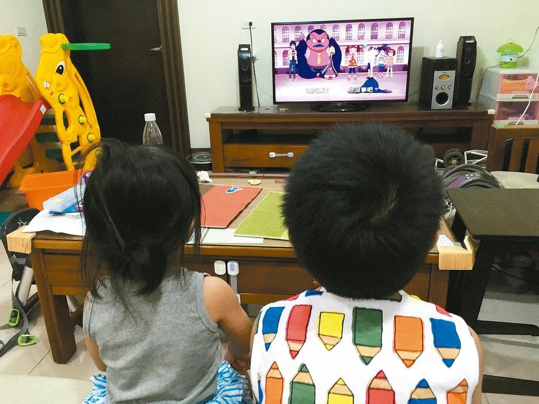 國內研究發現,學齡前兒童每天看電視時間超過兩個小時,肥胖率為一般小朋友的兩倍。 ...