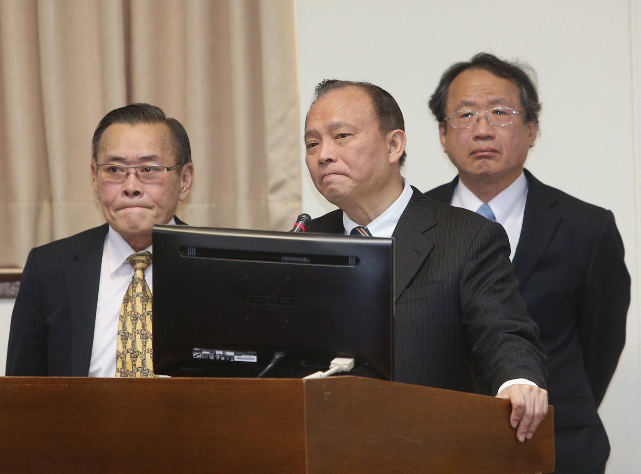 農委會主委林聰賢(中)上午到立法院備詢。 記者曾吉松/攝影